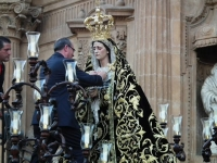 El alcalde de Guadix impone la Medalla de la Ciudad a la Muy Antigua Hermandad de Nuestra Señora de la Soledad
