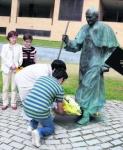 Oviedo: Ofrenda floral a Juan Pablo II