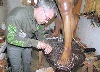 TORREVIEJA: Víctor García restaura la imagen del sayón del grupo escultórico de La Caída