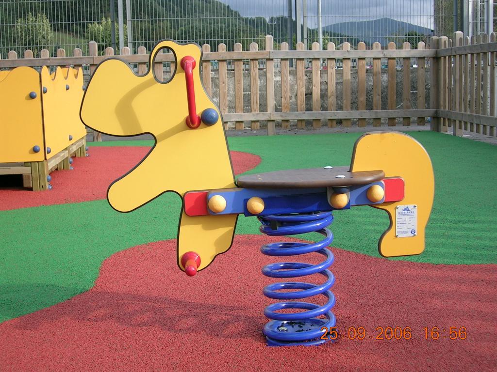 Balancin de columpios en parques infantiles con pavimento for Columpios infantiles
