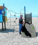 PSOE denuncia falta de mantenimiento en los columpios de parques y playas.