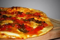 Pizza con queso de cabra y pimientos confitados.