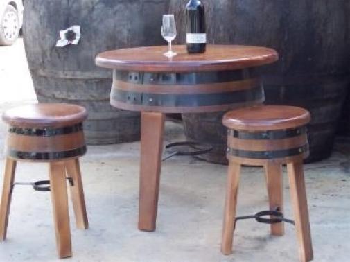 Mesa de barril baja con 3 taburetes