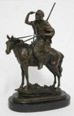 Figuras de bronce sobre peana de mármol negro