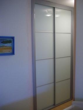 Armario corredero lacado blanco perfil inox puertas for Armario blanco lacado