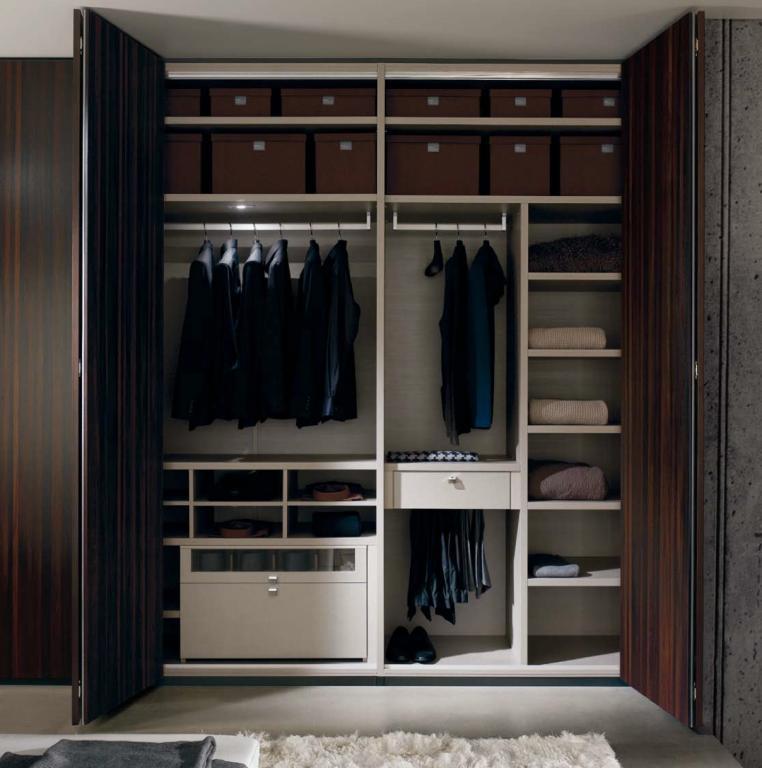 Interiores de armarios roperos for Organizar armarios empotrados