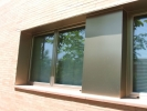 Rematado de fachada con molduras de chapa anodizadas.