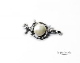 Broche de plata de ley y perla natural.