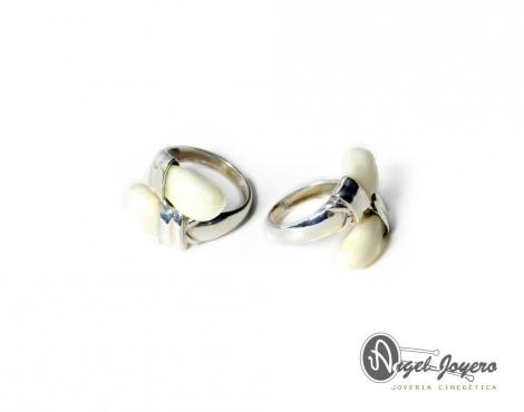 Sortija de plata y perlas de venado