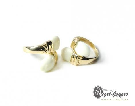 Sortija de oro con dos perlas de venado.