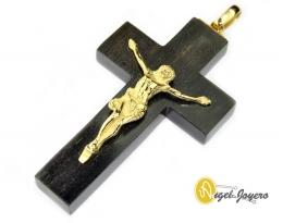 Crucifijo de oro y madera.