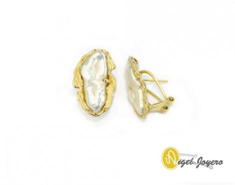 Pendientes de perla con montura artesanal.