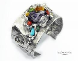 Brazalete de plata de ley y minerales naturales.