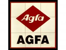 Mural de azulejos de cerámica con logotipo de Agfa