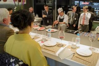 Acompañados del Embajador de Japón