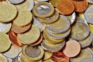 Uso de monedas con el coronavirus COVID 19