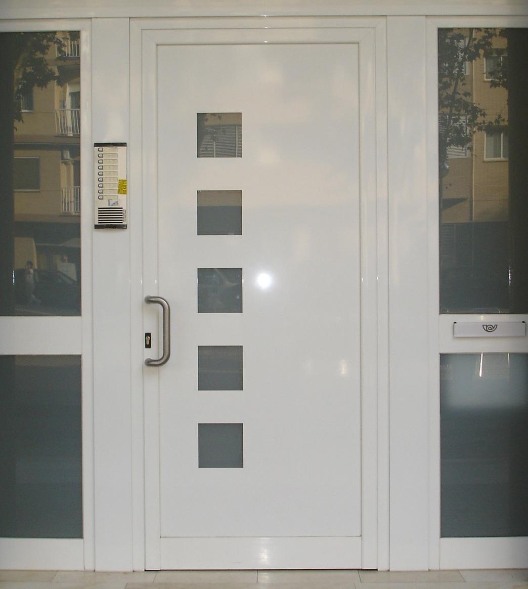 Puertas de hierro comunidad grupo inoxmetal for Modelos de puertas de hierro con vidrio