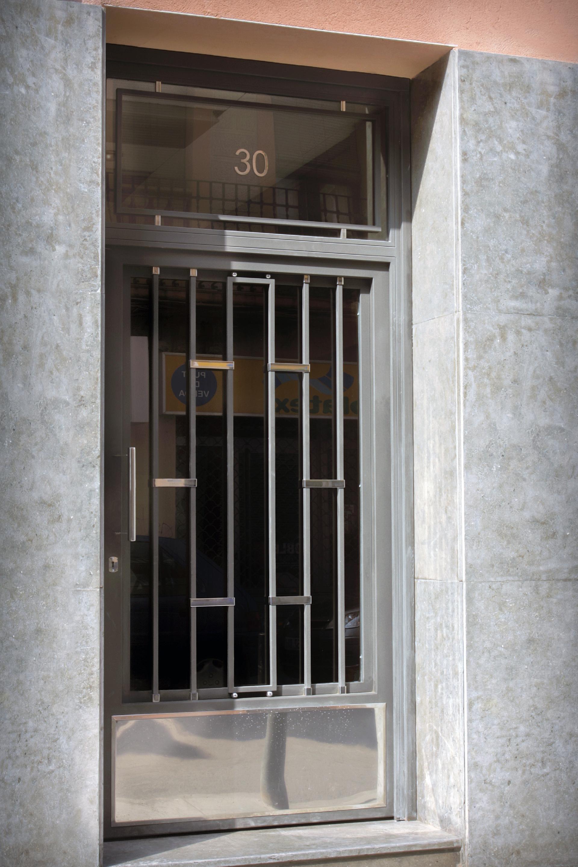 Puertas de hierro comunidad grupo inoxmetal for Modelos de puertas principales para casas