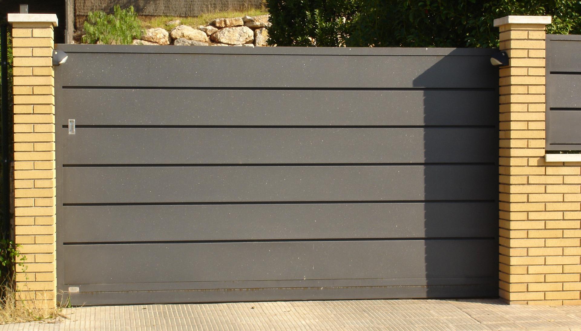 Puertas de garaje grupo inoxmetal construcciones met lica for Modelos de puertas metalicas para exteriores