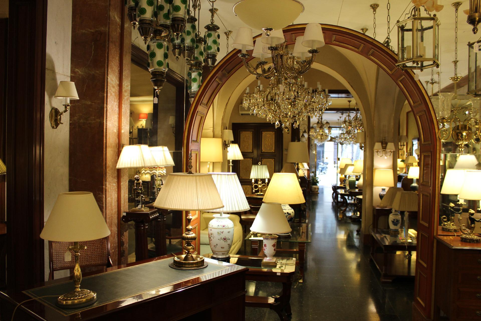 Exposici n de muebles cl sicos en barcelona l mparas mart - Lamparas de sobremesa clasicas ...
