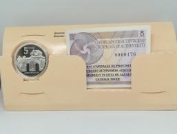 Detalles - 4 reales plata En el anverso de cada moneda se reproduce el escudo y nombre de la Capital o Ciudad Autónoma, y en el reverso un monumento o motivo representativo de la misma. Se presenta en