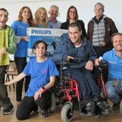 Grupo de usuarios de APAM con voluntarios de la Obra Social de La Caixa