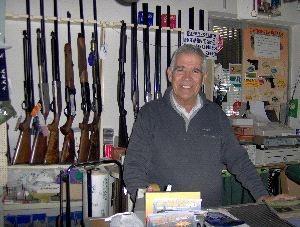 Antonio Mateo, propietario de la Armería Mateo: «La tecnología también ha llegado a la caza y la pesca»