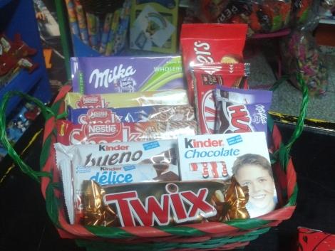 CESTA MEDIANA DE CHOCOLATES CON UNA ROSA