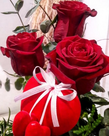 THREE RED ROSES WITH A HEART PICK