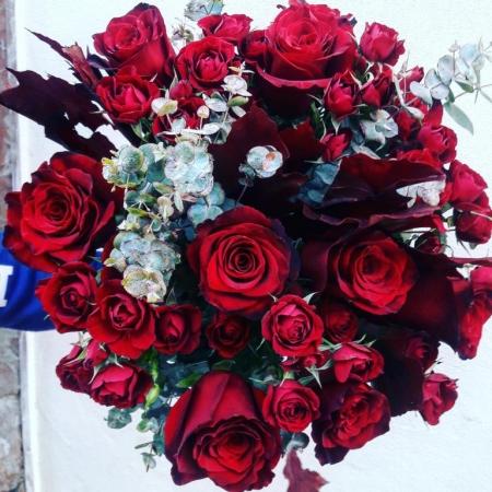 Ramo de rosas rojas de invierno