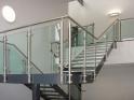Barandilla de vidrio de pinzas en escalera