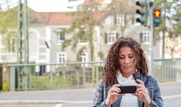 """Semáforos para peatones """"adictos"""" al móvil"""