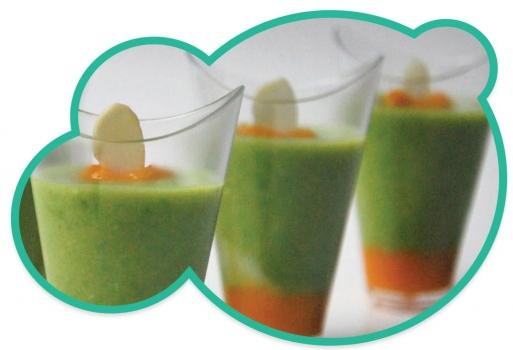 Chupito de crema de pimientos y guisantes presentada en vasitos desechables de plástico duro y transparente