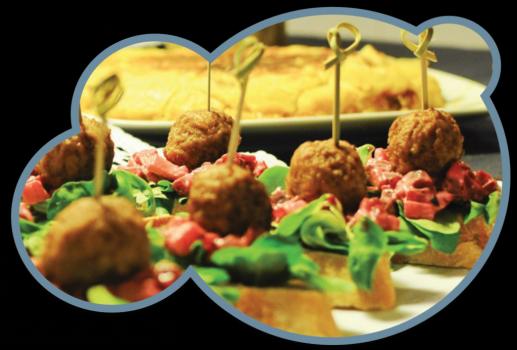 Receta de pinchos de albóndigas vegetales decorados con brochetas de bambú para presentación de entrantes aperitivos y tapas