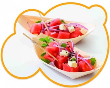 Receta de salmón marinado con queso feta presentado en platos de madera en forma de barquitas