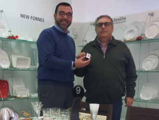 David Zapata entrega el pin a Juan García