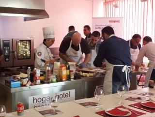 Juan Orellana (Chef Rational) supervisando a los asistentes de la Academy