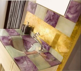 Espejo y lavabo morado y blanco