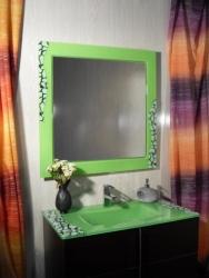 espejo y lavabo color pistacho
