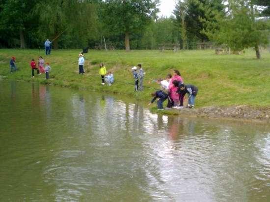gente disfrutando de un dia de pesca