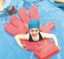 tapiz forma mano, mano foam, mano piscina, flotador mano