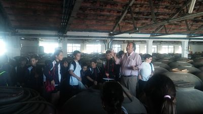 Juan Rafael Explicando a los niños