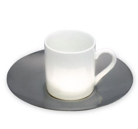 taza blanca con plato de acero