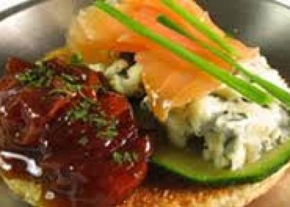 Tosta de Roquefort y salmón con mermelada de tomate