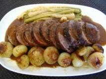 Carne de cerdo rellena de bacon,pimiento rojo, pasas y ciruela con salsa de uvas y cebolla