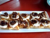 Tosta de cebolla caramelizada con ducha de queso Camenbert,virutas de ibérico y alcaparras.