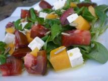 Ensalada de canónigos con manzana, queso feta y mermelada de tomate.