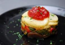 Saquito de verduras sobre mermelada de tomate