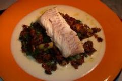 Lomos de bacalao confitados con mermelada de tomate y verduras en juliana