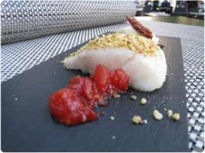 Bacalao confitado con helado de mermelada de tomate.